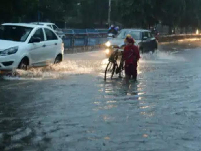 హైదరాబాద్ లో భారీ వర్షం... జలమయమైన రోడ్లు