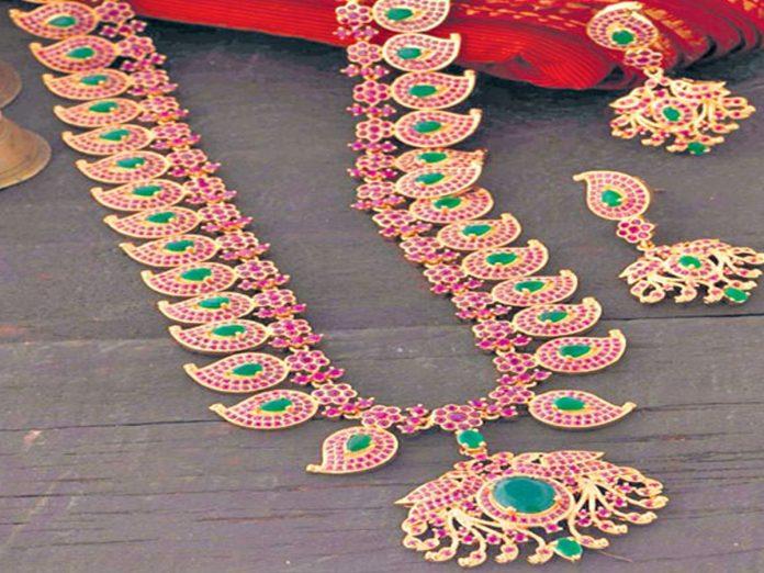 40 లక్షలు విలువ చేసే వజ్రాలు, జాతిరత్నాలు చోరీ