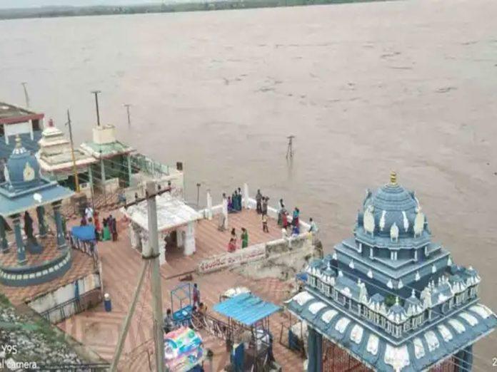 భద్రాచలం వద్ద మొదటి ప్రమాద హెచ్చరిక జారీ